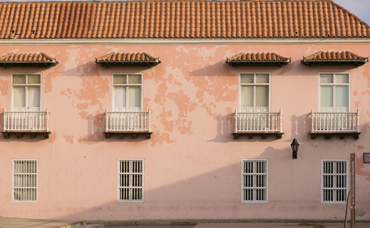 Fachada colonial color rosa en Cartagena de Indias