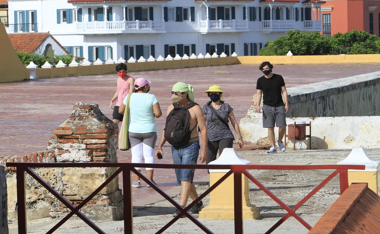 Turistas en las murralas. Turismo en Cartagena