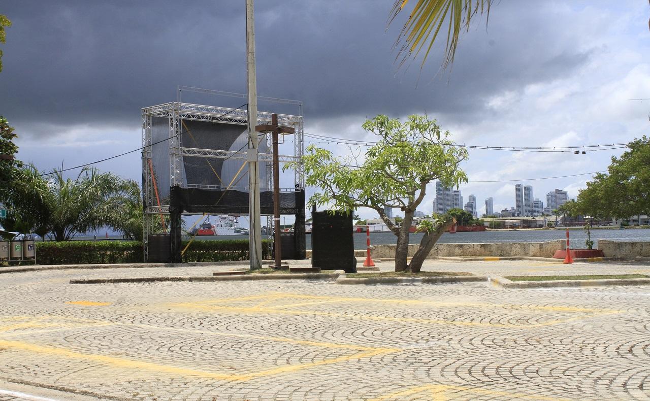 Instalación del autocine de Cartagena en el parqueadero del Centro de Convenciones