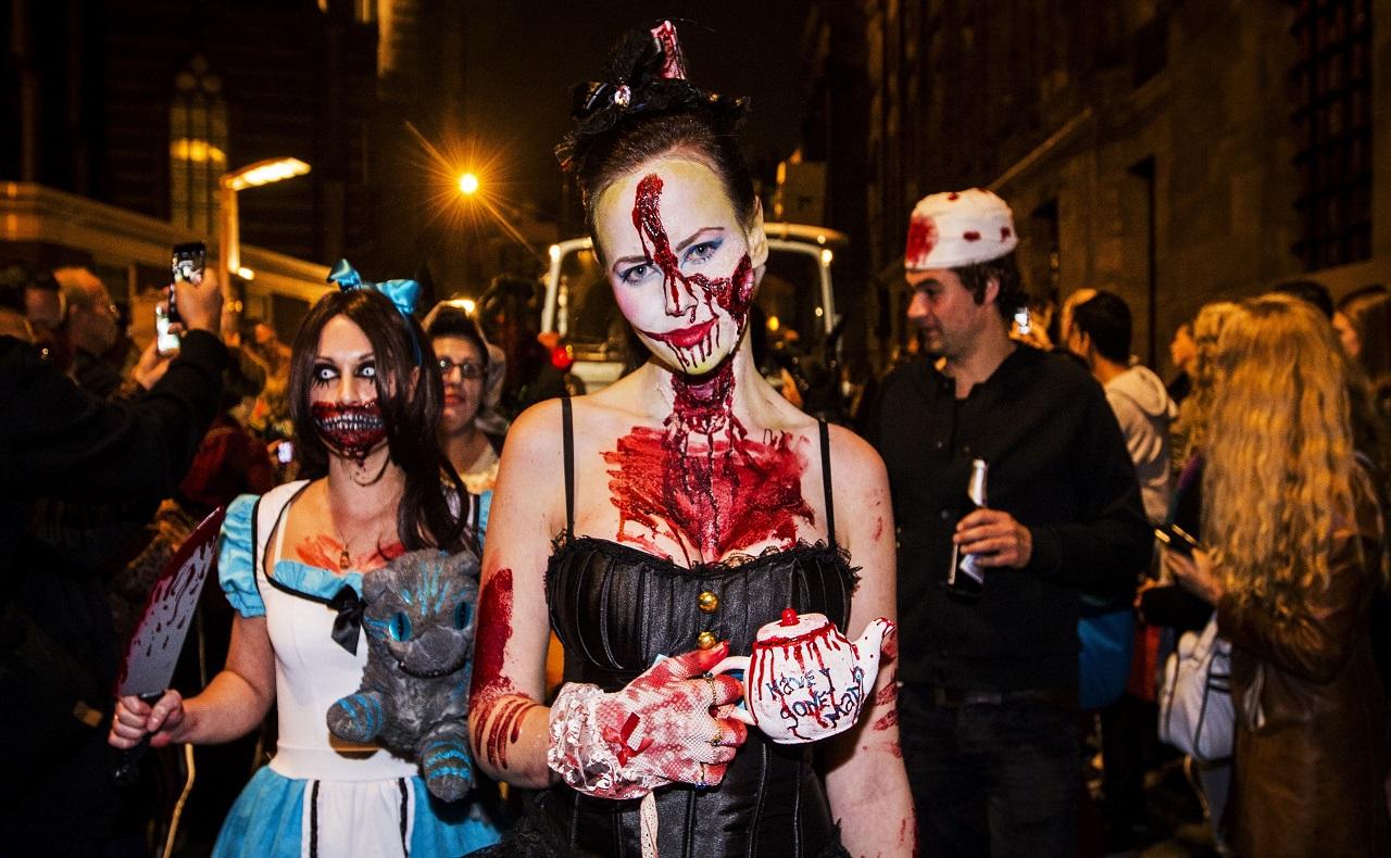 desfile de disfraces en noche de Halloween