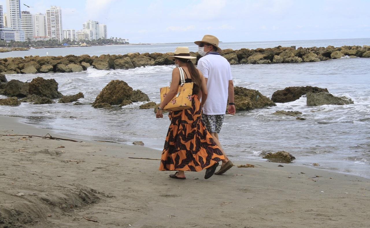 pareja caminando por la playa. Nota sobre turismo en Cartagena