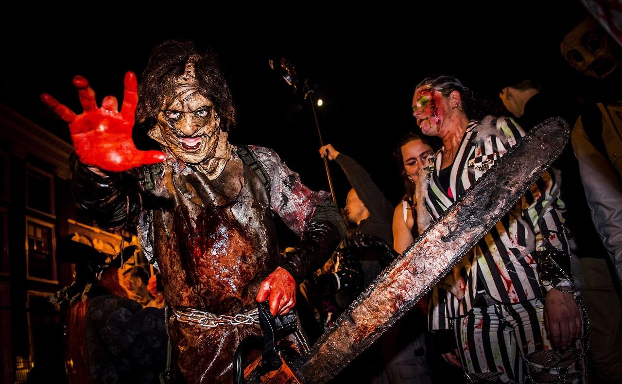 personas disfrazadas por concurso de Halloween