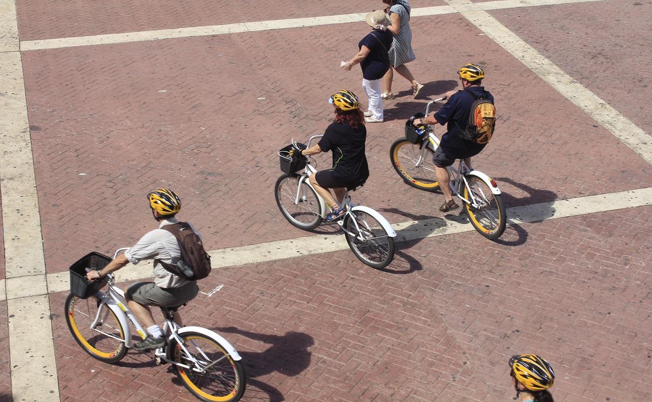 Turistas paseando por el centro en bicicleta, imagen para ilustrar nota de los World Travel Awards en Cartagena