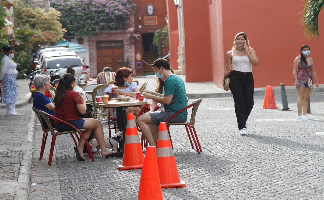 turistas bebiendo café al aire libre en la Plaza de San Diego, imagen para ilustrar nota de los World Travel Awards en Cartagena